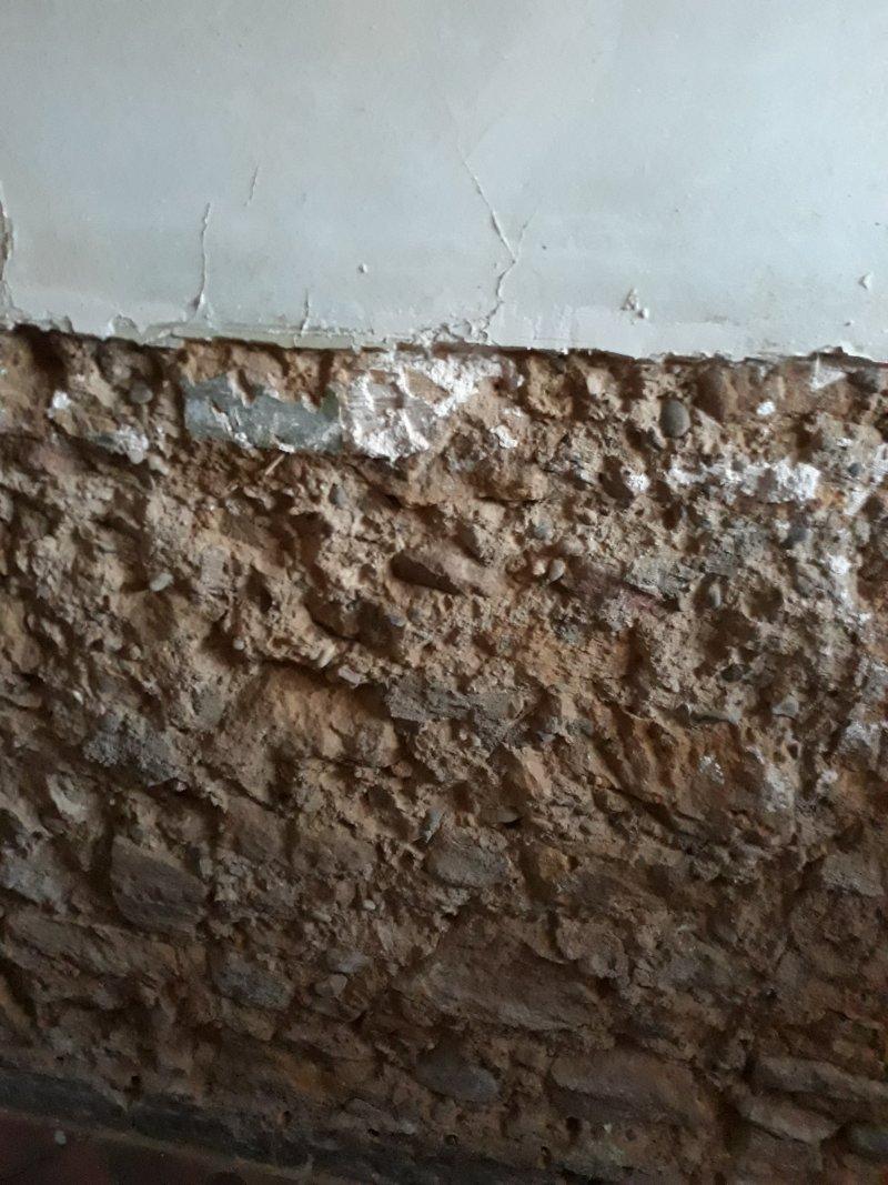 mur en pierre calcaire monté a la terre crue