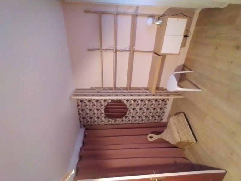 Installation de tringle à rideau, bureau étagères et miroir