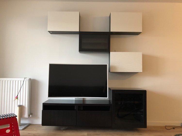 Pose d'un meuble TV Ikea au mur.