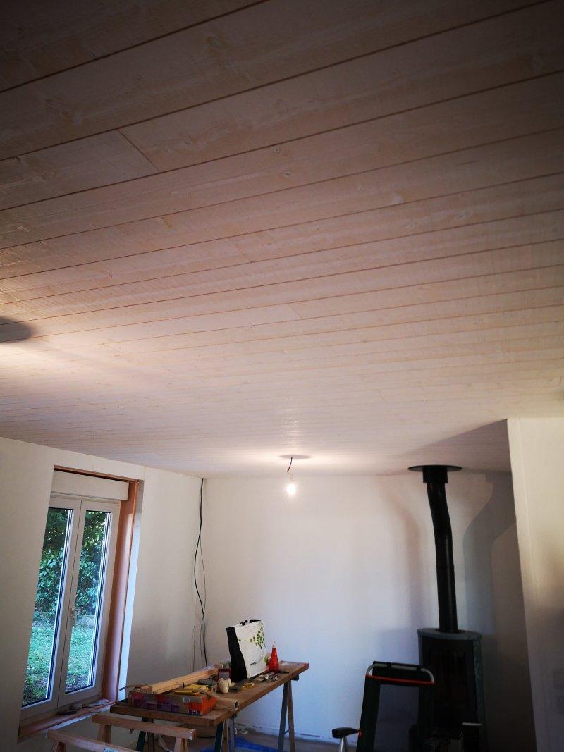Pose d'un lambris au plafond