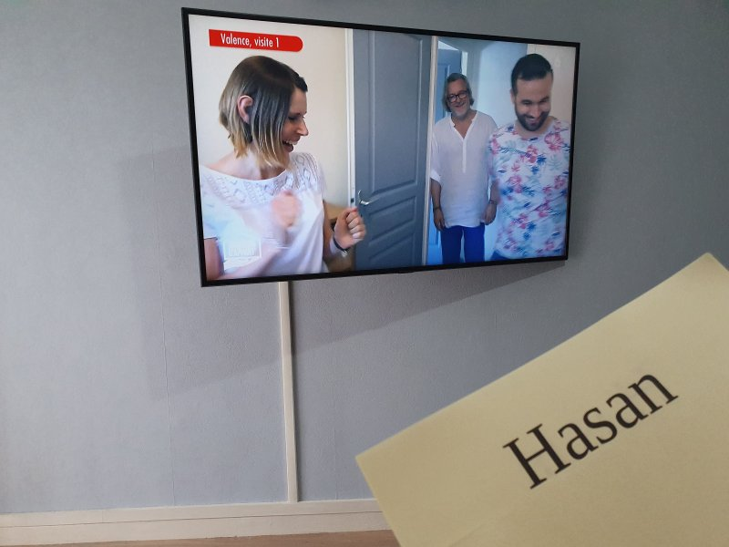 Montage support orientable et tv 127cm au mur béton+baguette. Papier peint et peint plinthes+plafond