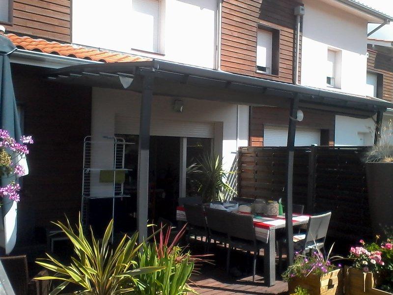 toit en polycarbonate et terrasse couverte