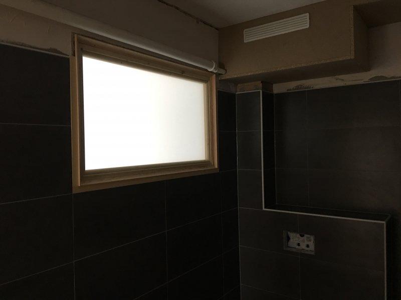 Salle de bain, carrelage, fenêtre et caisson